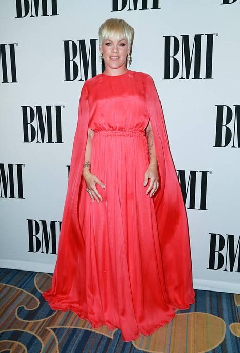 Pinkin pukeutuminen herätti jälleen huomiota.