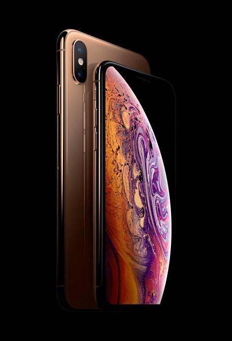 Uusien iPhone XS:n ja iPhone XS Maxin kokoero näkyy selvästi kuvassa.