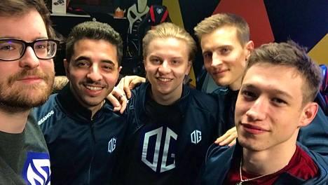 """OG asteli viikko sitten CS-kentille Aleksi """"Aleksib"""" Virolaisen (keskellä) johtaman joukkueen kanssa."""