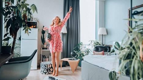 Matkabloggaaja ja ympäristökonsultti Anna-Katri Räihä ryhtyi yrittäjäksi ja muutti hotelliin. Juttuseuraa on jo löytynyt.