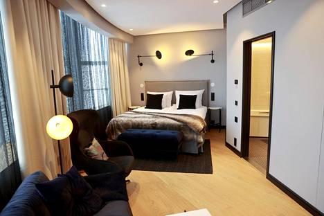 Kuvassa uudisosan huone. Rakennuksen alkuperäisessä osassa on hotellihuoneita ja kokoustiloja.