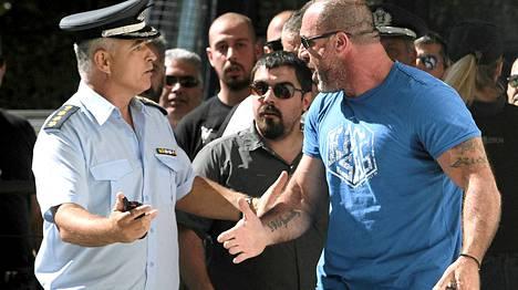 Kultaisen aamunkoiton parlamentaarikko Nikos Michos (oik.) pidätettiin.