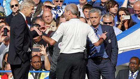 Erotuomari Martin Atkinson (kesk.) rauhoitteli Arsene Wengeriä (vas.) ja Jose Mourinhoa (oik.).