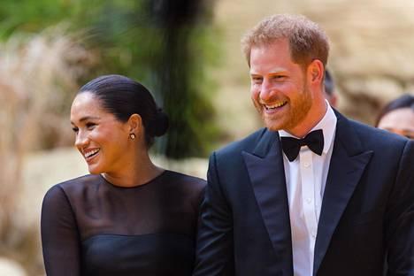 Sussexin herttuaparin matkustelu on saanut tänä syksynä brittien tunteet kuumenemaan.