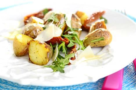 Perunasalaatti saa ihanaa makua, jos siihen käyttää paahdettuja perunoita.