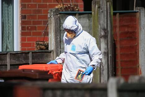 Poliisin tekninen tutkija kuvattiin tiistaina Elsmore Roadilla, Manchesterin Fallowfieldin kaupunginosassa.