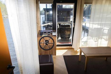 House boat on uusin vaihtoehtoinen yöpymismuoto Järvisydämessä. Seuraavaksi matkailija pääsee nukkumaan ns. norpanpesiin, linnunpesiin tai viherhuoneisiin.