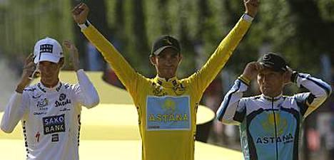 Espanjan Alberto Contador (kesk.) voitti odotetusti Ranskan ympäriajon, kun pyöräilijät saapuivat sunnuntaina Pariisiin.