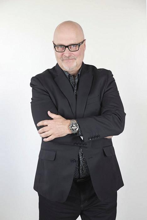 Ensitreffit alttarilla -sarjassa nähtävä asiantuntija Tony Dunderfelt on tietokirjailija ja psykologi, joka on erikoistunut rakkauteen ja parisuhteisiin.