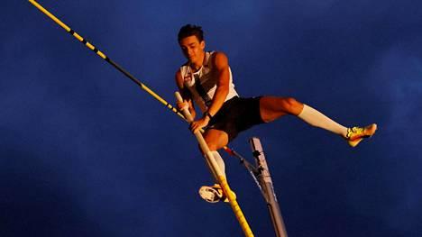 Armand Duplantis hyppäsi hirmutuloksen Lausanne pimenevässä illassa.