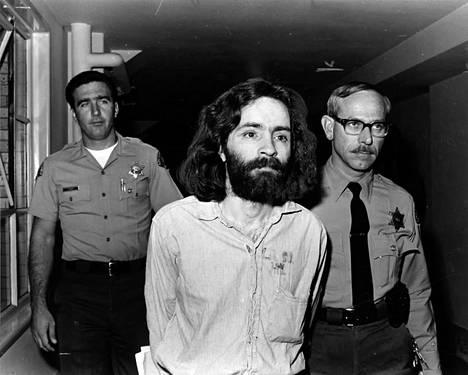 """Charles Manson oli murhien tekohetkellä 34-vuotias entinen taparikollinen. Hänen """"perheeseensä"""" kuului enimmillään satakunta seuraajaa, lähinnä nuoria naisia. Naisia aivopestiin ja käytettiin seksuaalisesti hyväksi."""