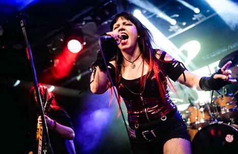 Zelda Jutilan laulaa Destined To Die -yhtyeessä. Yhtye ylsi Emergenza -kilpailussa semifinaaleihin viime keväänä.
