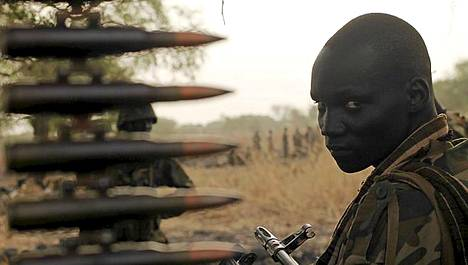 Etelä-Sudanin armeijan sotilas istuu etulinjassa olevan kuorma-auton kyydissä Panakuachissa Sudanissa.