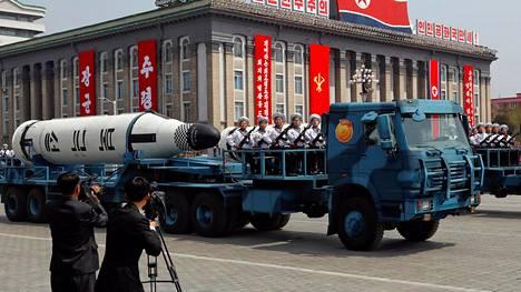 Pohjois-Korea esitteli lauantaina ensimmäistä kertaa sukellusveneestä laukaistavia ballistisia ohjuksiaan.