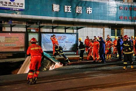 Useat palomiehet työskentelivät vajoamaan joutuneiden ihmishenkien pelastamiseksi.