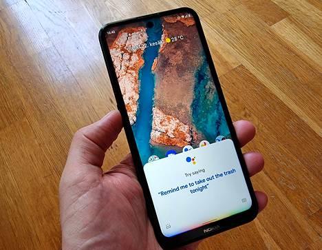 Laitteen vasemmassa reunassa on Google Assistantin käynnistävä nappi. Sen jälkeen digiapuria voi halutessaan käskyttää puhumalla – mutta ei suomeksi.