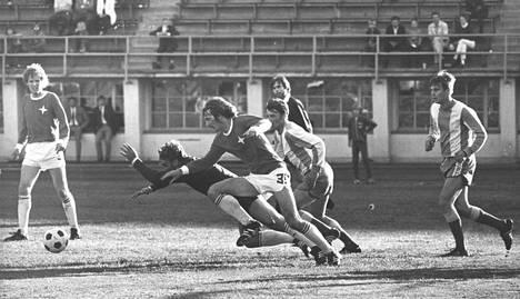 Markku Peltoniemi (oik.) mukana menossa HJK:n ja HIFK:n kohtaamisessa vuonna 1971.