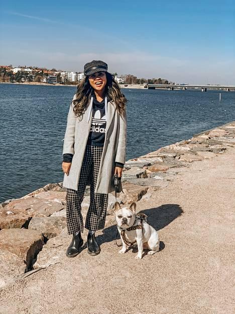 Audrey Agahan ylistää Suomen turvallisuutta ja luontoa, jossa nainen lenkkeilee koiransa kanssa.
