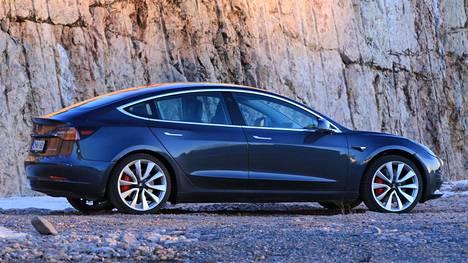 Malliin kuuluisi myös hiilikuituinen takaspoileri takaluukun päälle, mutta kaikki autonsa vastaanottaneet eivät ole spoileriaan auton mukana saaneet.