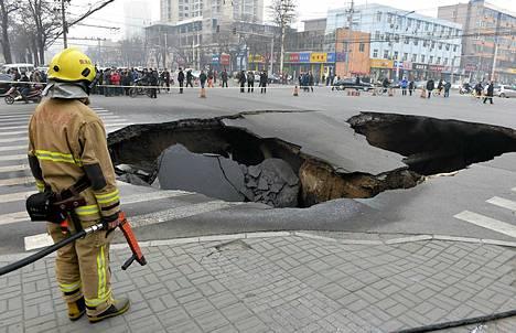 Taiyuanissa Kiinassa tie vajosi 10 metrin leveydeltä ja 6 metrin syvyydeltä aiheuttaen kaasu- ja vesiputkien vaurioitumisia. Maan vajoamisen syytä tutkitaan yhä.