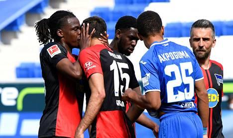 Jalkapallon bundesliigajoukkue Hertha Berliinin maalijuhlista nousi kohu Saksassa. Dedryck Boyata suutelee Marko Grujicia päähän.