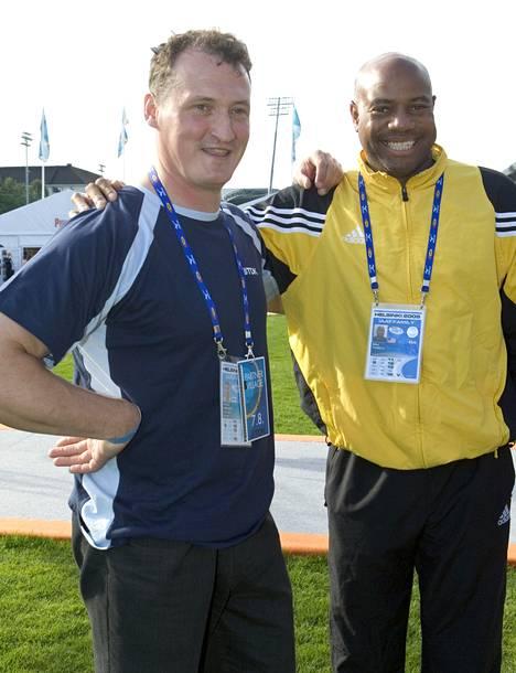 Tokion kultamitalistit Kimmo Kinnunen ja Mike Powell tapasivat vuonna 2005 Helsingin MM-kisoissa.