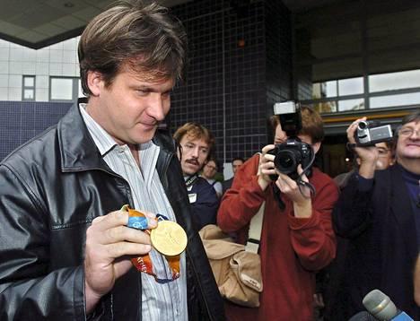 Unkarin Adrian Annus esitteli Ateenan olympialaisissa voittamaansa moukarinheiton kultamitalia. Annus menetti mitalinsa myöhemmin kieltäydyttyään dopingtestistä.