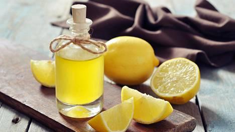 Sitruunan ja oliiviöljyn seoksella voi poistaa kynsien tummentumia.