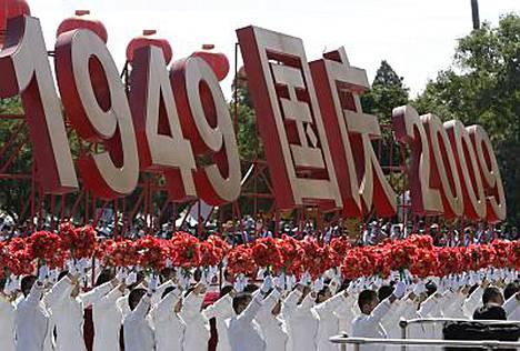 Sadattuhannet marssivat Kiinan kansantasavallan kunniaksi Pekingissä.