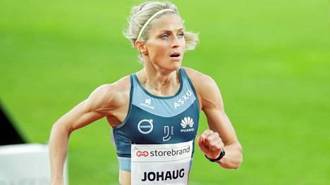 Therese Johaug juoksi kovan ajan kymppitonnilla Oslon Bislettillä viime kesänä.