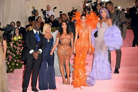 Kardashianit ja Jennerit poseerasivat Met-gaalassa viime keväänä.