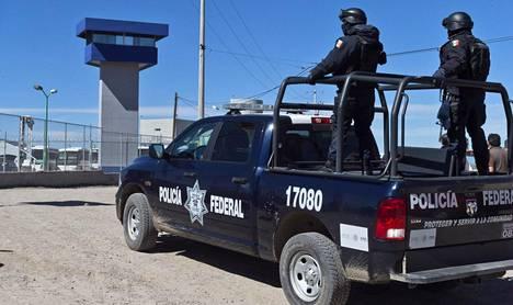 Meksikon liittovaltion poliisit vartioivat vankilaa, jossa Joaquin Guzmania eli El Chapoa pidetään.