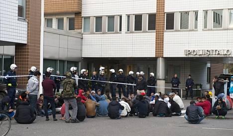 Protestoijat kertoivat olevansa tyytymättömiä Suomessa saamaansa kohteluun.