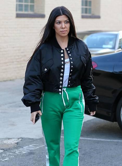 Ei vain teinien juttu? 38-vuotias Kourtney Kardashian ja pyllyverkkarit.