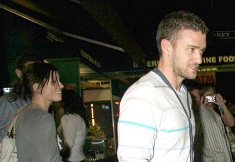 Jessica Biel ja Justin Timberlake lähdössä tyytyväisen näköisinä Justinin Southern Hospitality -ravintolasta.