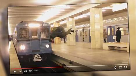 Hurjapäinen mies hyppäsi asemalle saapuvan junan eteen.