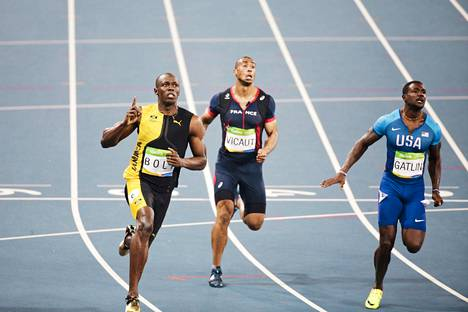 Bolt haluaa päättää uskomattoman uransa MM-kultaan. Kuvassa jamaikalaisihme rullaa Rion olympialaisissa 100 metrin finaalin voittoon ennen pahimpia kilpakumppaneitaan.