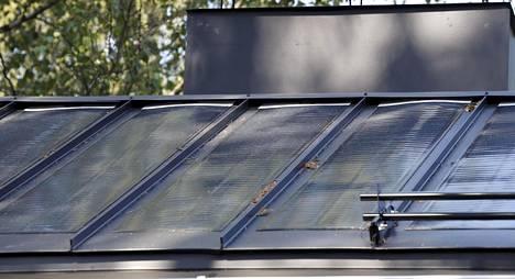 Aurinkopaneelit on liimattu suoraan kattopeltiin.