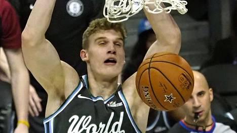 Lauri Markkanen heitti 21 pistettä NBA:n nuorten tähtien kohtaamisessa – USA voitti muun maailman joukkueen
