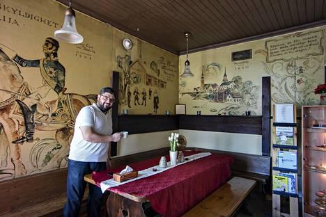 Naser Alozoun pitää Brostuganin kahvilaa Uusikaarlepyyssä.