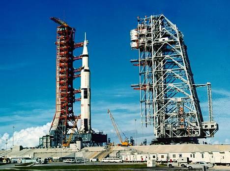 Apollo 11:n kantoraketti Saturn V lähtötelineissä.
