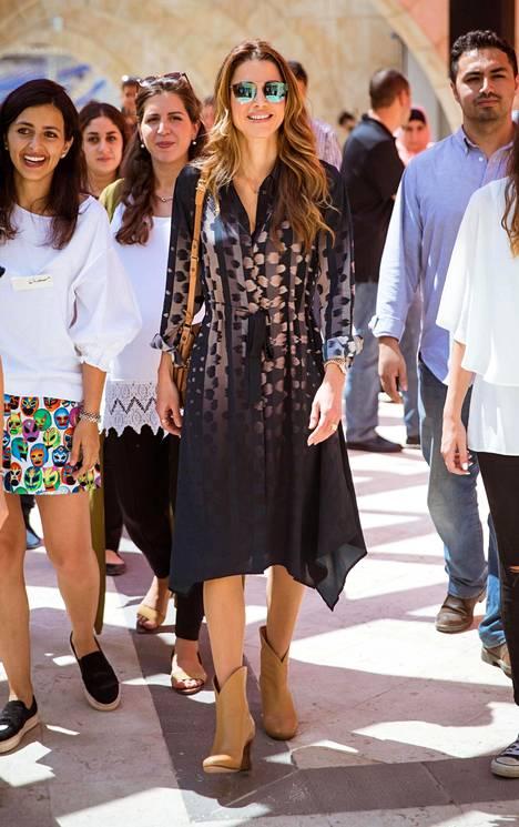 Nílkkurit ja trendikkäät aurinkolasit luovat täydellisen loppukesän mekkoasun.