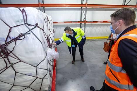 Fredrik Wildtgrube, Finnair Cargon kansainvälisen myynnin johtaja ja Finnair Cargon rahtitoiminnoista vastaava johtaja Tommi Voss (vasemmalla) esittelevät Shanghaihin lähtevää lohierää.