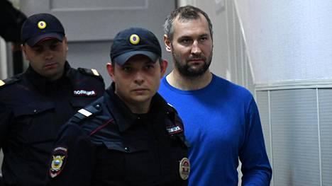 Poliisit saattoivat Igor Musatovia oikeuden eteen syyskuussa 2019.