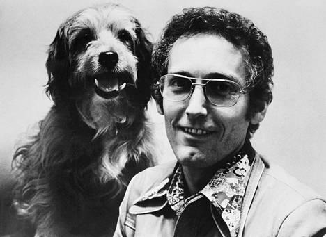 Alkuperäistä Benjiä esitti koiratähti nimeltä Higgins. Se oli itsekin rescuekoira. Higgins poseeraa ohjaaja Joe Campin kanssa 1974.