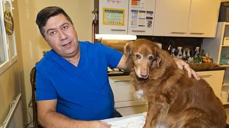 Eläinlääkäri Serban Ursachi palasi Espanjan Aurinkorannikolta takaisin Renkoon pitämään vastaanottoa. Novascotiannoutaja Brooke kävi hampaiden poistossa.
