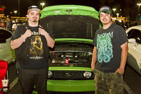 Chris Niemayer ja Garrett Jepsen sekä vuoden 2013 Ford Mustang.