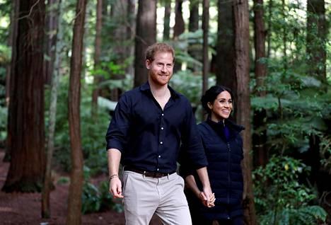 Harry ja Meghan poseerasivat valokuvaajille metsässä Uudessa-Seelannissa.