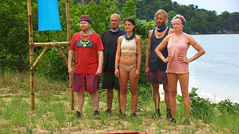 Kilpailun viimeiset viisi kilpailijaa kuuntelivat kisan tehtävänantoa kuvauksissa tarkasti.