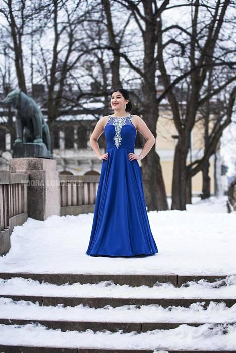 """Tanssin vanhat Porin suomalaisessa yhteislyseossa. Puku on ostettu Helsingistä, Lavem by muotitalo Tyynelä -liikkeestä. Puku on tyyliltään enemmän iltapuku kuin perinteinen prinsessamekko. Halusin erottua joukosta ja valitsin tumman, kapean puvun"""", Ida Ekberg kirjoittaa."""